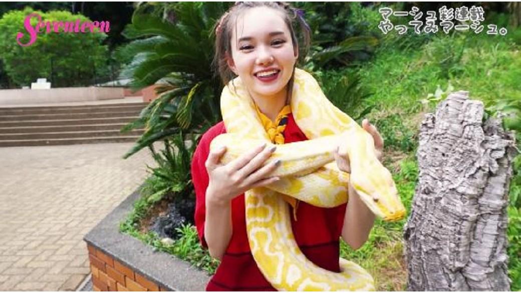 マーシュ彩連載「マーシュがやってみマーシュ」☆ へびを首に巻いてみマーシュ。静岡県のiZooでマーシュが爬虫類とふれあったよ♡